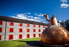 Washback de cobre de la destilería del whisky viejo en Irlanda fotografía de archivo