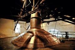 Washback de cobre de la destilería del whisky viejo en Irlanda imágenes de archivo libres de regalías