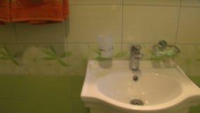 Washbasin σε ένα δωμάτιο ξενοδοχείου στο βουλγαρικό πάρκο Rosinets φιλμ μικρού μήκους