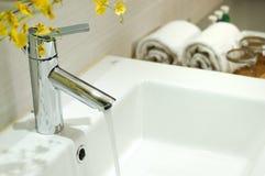 Washbasin и faucet с падением воды дома Стоковое Изображение RF