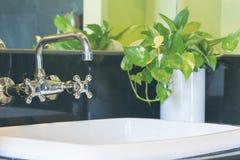 Washbasin с классическим краном Стоковые Фото