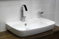Washbasin i chromu biały klepnięcie Zdjęcie Stock