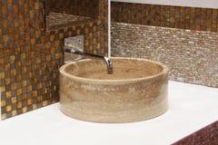 Washbasin i chromu klepnięcie Zdjęcia Stock