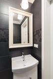 Washbasin and mirror Royalty Free Stock Photography