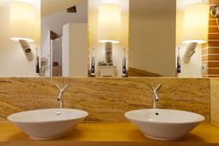 2 washbowls в современной ванной комнате Стоковые Фото