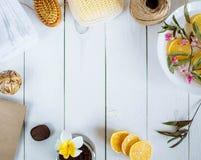 Washcloth полотенца щетки лимона ванны аксессуаров курорта цветет на краях фото на белом деревянном космосе предпосылки для lette стоковое фото rf