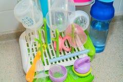 Washed behandla som ett barn flaskor på den plast- uttorkningkuggen Royaltyfri Fotografi