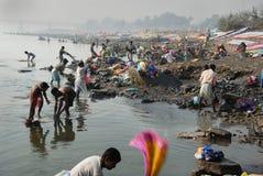 Washermen en el río de Barakar en la India Fotos de archivo