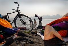 Washermen en el río de Barakar en la India Imagen de archivo