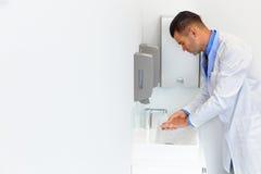 Washes Hands Before Medical医生工作 牙齿的诊所 免版税库存照片