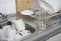 Washing-up in de gootsteen van de bureaukeuken Stock Foto's