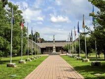 Washington& x27; памятник s и 13 флага колонии оригинала Стоковые Фотографии RF