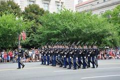 Washington, C C - 4 DE JULHO DE 2017: forças armadas com os rifle-participantes nacional Dia da Independência parada do 4 de julh Fotografia de Stock