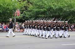Washington, C C - 4 DE JULHO DE 2017: forças armadas com os rifle-participantes nacional Dia da Independência parada do 4 de julh Imagens de Stock