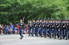 Washington, C C - 4 DE JULHO DE 2017: forças armadas com os rifle-participantes nacional Dia da Independência parada do 4 de julh Foto de Stock