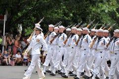 Washington, C C - 4 DE JULHO DE 2017: marinheiros com os comandante-participantes fêmeas nacional Dia da Independência parada do  Fotos de Stock Royalty Free
