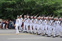 Washington, C C - 4 DE JULHO DE 2017: marinheiros com os comandante-participantes fêmeas nacional Dia da Independência parada do  Fotos de Stock