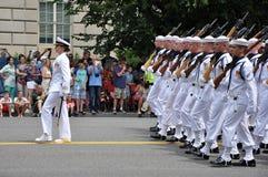 Washington, C C - 4 DE JULHO DE 2017: marinheiros com os comandante-participantes fêmeas nacional Dia da Independência parada do  Imagem de Stock