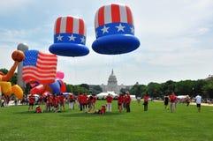 Washington, C C - 4 DE JULHO DE 2017: os balões gigantes são inflados para a participação nacional Dia da Independência parada o  Fotografia de Stock