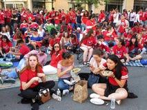 Washington Capitals Fans Eating en buiten het Wachten stock afbeelding