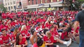 Washington Capitals Fans Waiting para que o jogo comece vídeos de arquivo