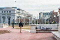 Washington, D C - 10 JANUARI, 2014: Dakloos Person Sleeping op de bank in Washington DC Stock Foto's