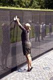 Frau vor Vietnam-Veteranen Erinnerungs in Washington DC Lizenzfreie Stockfotografie