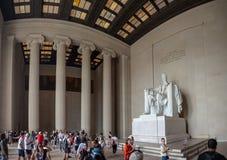 Washington DC, Περιοχή της Κολούμπια [Ηνωμένες Πολιτείες ΗΠΑ, μνημείο του Λίνκολν πέρα από τη λίμνη αντανάκλασης, εσωτερικό και ε στοκ εικόνες