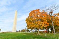 Washington DC, κήποι συνταγμάτων με το μνημείο της Ουάσιγκτον το φθινόπωρο Στοκ Φωτογραφία