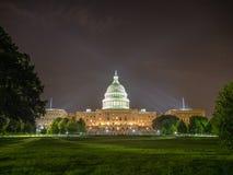 Washington DC, Bezirk Columbia [Kapitol-Gebäude Vereinigter Staaten US, Nachtansicht mit Lichtern über reflektierendem Teich, lizenzfreie stockfotografie