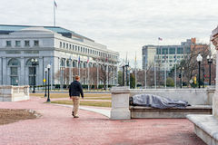 Washington, DC C - 10 GENNAIO 2014: Person Sleeping senza tetto sul banco in Washington DC Fotografie Stock