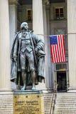 Washington DC de département du Trésor des USA de drapeau d'Albert Gallatin Statue USA images stock