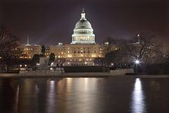 Washington DC de las reflexiones de la noche del capitolio de los E.E.U.U. Imagenes de archivo
