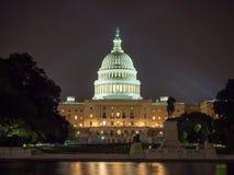Washington DC, distrito de Columbia [construção do Capitólio dos E.U. do Estados Unidos, opinião da noite com luzes sobre a lagoa fotografia de stock royalty free