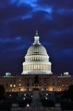 Washington DC, edificio del capitolio en una oscuridad azul Foto de archivo libre de regalías