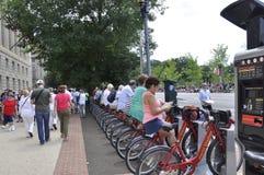 Washington DC, il 4 luglio 2017: La gente che aspetta il 4 luglio sfoggia da Washington District di Colombia U.S.A. Fotografie Stock