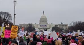WASHINGTON DC - JANUARI 21, 2017: Mars för kvinna` s på Washington Royaltyfria Bilder