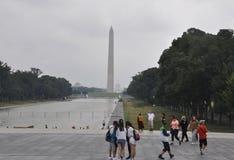 Washington DC juli 5th 2017: Nationell galleria med Washington Obelisk på en regnig dag från Washington Columbia District USA Royaltyfri Bild