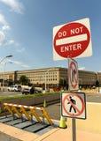 Washington DC - Juni 01, 2018: Det säkerhetsbarriärer och stoppet undertecknar in Royaltyfri Bild