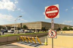 Washington DC - Juni 01, 2018: Det säkerhetsbarriärer och stoppet undertecknar in Royaltyfri Foto