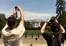 Washington DC - Juni 01, 2018: Turister tar bilder viten Arkivbild