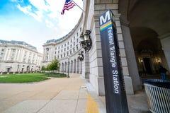 Washington DC - Maj 9, 2019: Szyldowa poczta dla Federacyjnej tr?jboka DC stacji metrej, pozwoli pasa?er?w ?apa? b??kitnego, sreb obraz stock