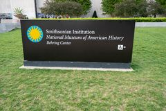 Washington DC - Maj 9, 2019: Tecken f?r Smithsonian Institution det nationella museet av den amerikanska historieBehring mitten p arkivfoto