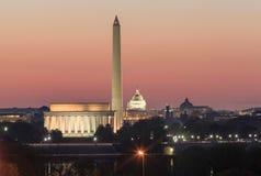 Washington DC-Marksteine belichtet nachts Stockbilder