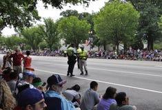 Washington DC, o 4 de julho de 2017: Os povos que esperam o 4 de julho desfilam de Washington District de Colômbia EUA Fotos de Stock