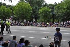Washington DC, o 4 de julho de 2017: Os povos que esperam o 4 de julho desfilam de Washington District de Colômbia EUA Foto de Stock Royalty Free