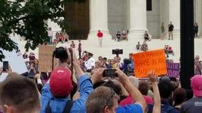 WASHINGTON, DC - 6. OKTOBER 2018: Oberstes Gericht protestiert gegen die Senatsabstimmung für den beisitzenden Richter stock video footage