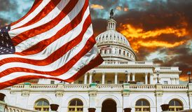 Washington DC, punto di riferimento degli Stati Uniti Costruzione del Campidoglio nazionale con la bandiera degli Stati Uniti immagine stock libera da diritti