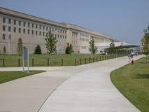 WASHINGTON, DC - SETTEMBRE 2004: I locali ed i turisti camminano vicino all'entrata principale del Pentagono Il Pentagono è il mo immagini stock libere da diritti
