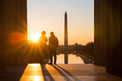 Washington DC, silhouetten in Lincoln Memorial bij zonsopgang Stock Afbeelding